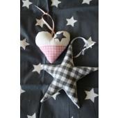 set van een stoffen ster en hartje roze grijs